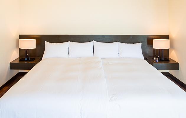 セミダブルサイズを2つ並べた贅沢なハリウッドツインのベッドルーム。