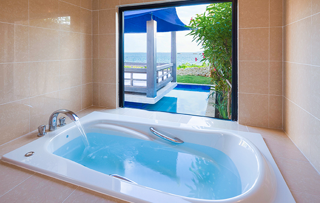 バスルームからもコバルトブルーに輝く伊良部島の海を眺めることができます。